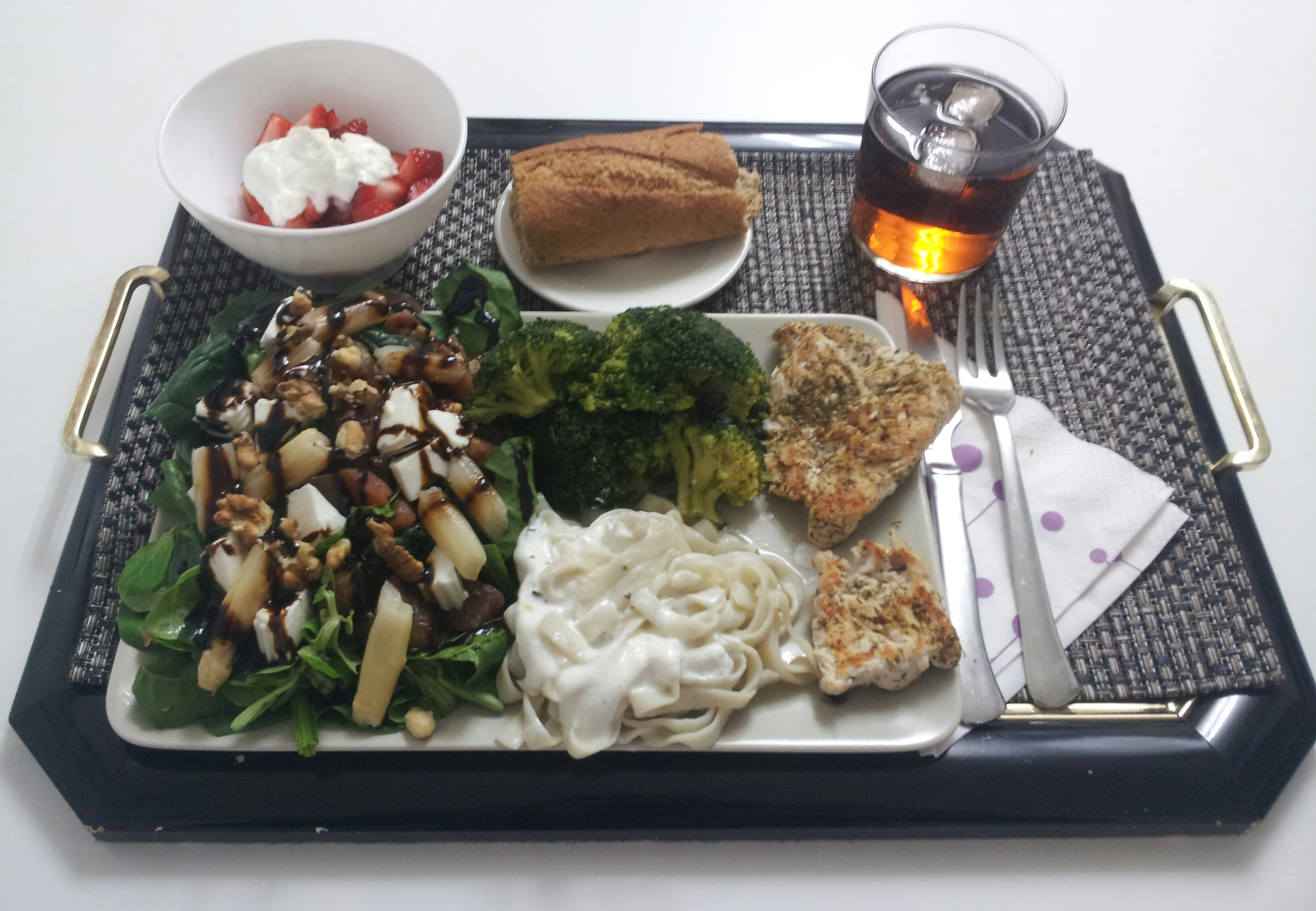 comida sana, comida saludable, recetas saludables, ensalada, brócoli, tallarimis, pechuga de pavo y fresas